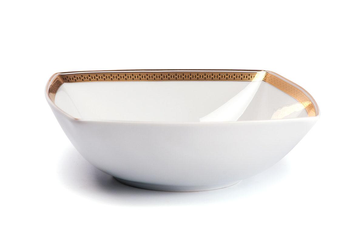 Салатник La Rose Des Sables Kyoto, 13 х 13 см714813 1555Квадратный салатник La Rose Des Sables Kyoto - прекрасное дополнение праздничного стола. Изделие выполнено из высококачественного фарфора и украшено золотистой эмалью с изысканным орнаментом. Фарфор марки La Rose Des Sables изготавливается из уникальной белой глины, которая добывается во Франции, в знаменитой провинции Лимож. Особые свойства этой глины, открытые еще в 18 веке, позволяют создать удивительно тонкую, легкую и при этом прочную посуду. Лиможский фарфор известен по всему миру. Это символ утонченности, аристократизма и знак высокого вкуса. Продукция импортируется в европейские страны и производится под брендом La Rose des Sables, что в переводе означает Роза песков. Преимущества этого фарфора заключаются в устойчивости к сколам и трещинам, что возможно благодаря двойному термическому обжигу. Посуда имеет маркировку Pate de Limoges, подтверждающую, что сырье для ее изготовления добыто именно в провинции Лимож, а качество соответствует европейским...