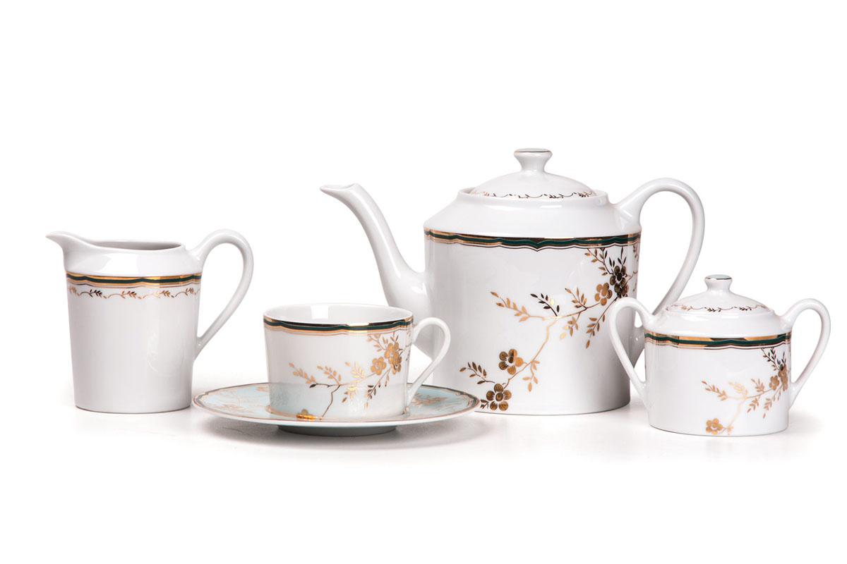 Сервиз чайный 15пр, цвет: бело-голубой с золотом839510 2130Чайник 1,2 л, сахарница 250мл, молочник 300мл, чайная пара 220 мл *6 штук . Фарфор фабрики Tunisie Porcelaine, производится в Тунисе из знаменитой своим качеством и белизной глины, добываемой во французской провинции Лимож.Преимущества этого фарфора заключаются в устойчивости к сколам и трещинам, что возможно благодаря двойному термическому обжигу. Европейский дизайн, декор и формы обеспечиваются за счет тесного сотрудничества фабрики с ведущими мировыми дизайн-бюро такими как: Nelly Reynal, Yves De la Rosiere, Sarah Anderson, Heracles.