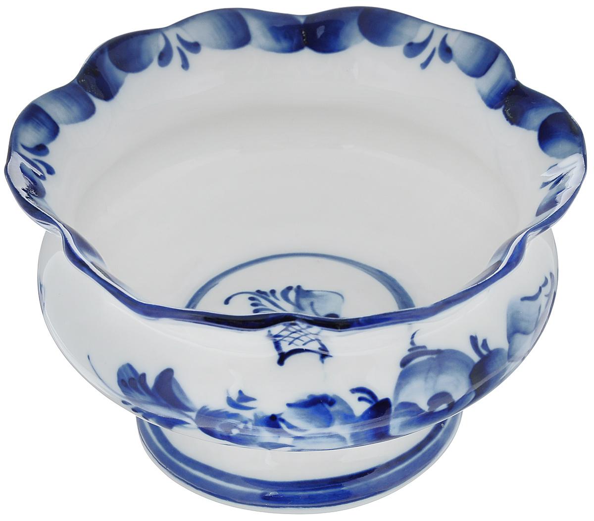 Ваза для варенья Идиллия2с, диаметр 12 см993030682Ваза для варенья Идиллия выполнена из высококачественной керамики и оформлена гжелью. Емкость оснащена волнистыми краями и, несомненно, понравится любителям классического стиля. Такая ваза украсит ваш праздничный или обеденный стол, а яркое оформление понравится любой хозяйке. Уважаемые клиенты! Обращаем ваше внимание, что роспись на изделии выполнена вручную. Рисунок может немного отличаться от изображения на фотографии. Диаметр (по верхнему краю): 12 см. Высота: 7 см.
