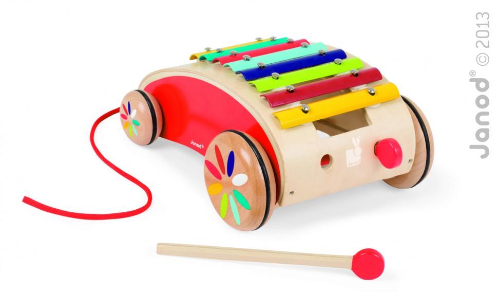 Janod Каталка деревянная КсилофонJ05380Деревянная каталка Janod Ксилофон выполнена из дерева и металла с использованием нетоксичных красок в виде ксилофона на колесах. Каталка оснащена четырьмя деревянными колесиками с прорезиненной вставкой по центру, что обеспечивает плавный и бесшумный ход. За текстильную веревочку малыш сможет возить игрушку за собой. В комплект входят две палочки для игры на ксилофоне, которые удобно убираются в специальные отверстия на каталке, выполненные в виде фар. Яркая каталка Janod Ксилофон развивает музыкальный слух, мелкую моторику, пространственное мышление, цветовое восприятие, ловкость, равновесие и координацию движений. Дизайн игрушки разработан во Франции.