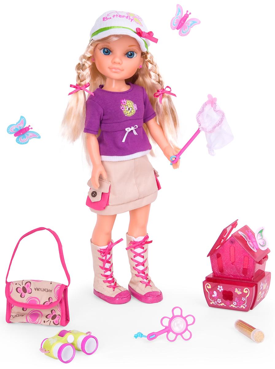 Famosa Игровой набор с куклой Нэнси700008169Кукла Famosa Нэнси порадует вашу малышку и доставит ей много удовольствия от часов, посвященных игре с ней. Очаровательная кукла с длинными светлыми волосами и длинными ресницами одета в удобную одежду для приключений. Одежду и обувь при желании можно снять. В руках она держит сумочку. В комплект с куклой входят бинокль (чтобы лучше разглядеть бабочку), лупа, маленькая сумочка и сачок для ловли бабочек, три яркие бабочки и баночка с пыльцой-блестками. У каждой из бабочек есть особенность: светится в темноте, пластичная (сохраняет баланс сама по себе, когда садится на цветок), блестки красиво переливаются по всему телу. Каждая бабочка с тайными символами на крыльях (маленькая иконка с буквой N для Nancy), которую можно увидеть через увеличительное стекло. В набор включен также домик для бабочек. Игра с куклой разовьет у вашей малышки фантазию и любознательность, поможет овладеть навыками общения и научит ролевым играм, воспитает чувство ответственности и...