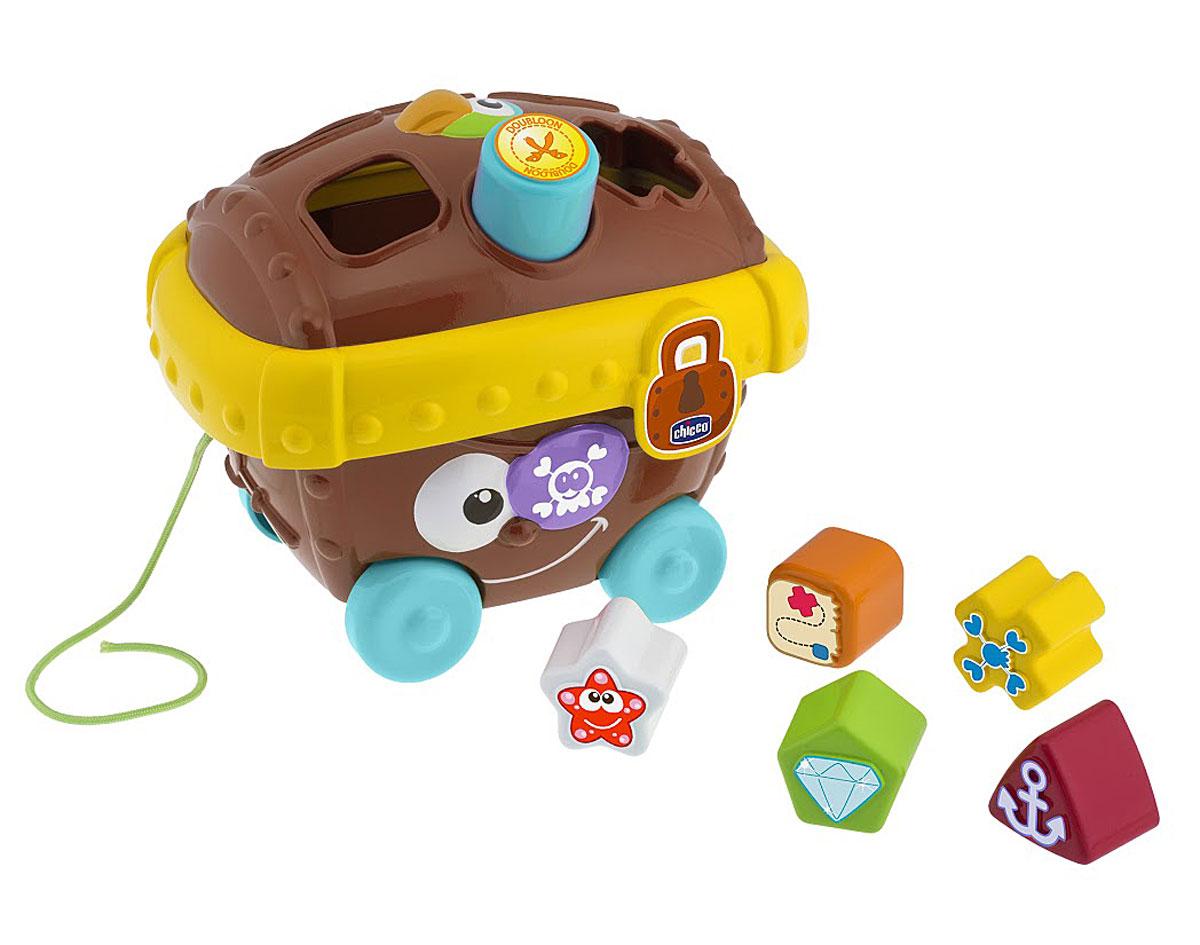 Chicco Игрушка-сортировщик Пиратский сундук00005958000000Игрушка-сортировщик Пиратский сундук научит ребенка различать цвета и формы и поможет в развитии логического мышления. В наборе 6 различных формочек с украшениями, под которые нужно подобрать соответствующие отверстия на сундуке. Благодаря колесам и удобной веревке, сундук можно катить за собой, что очень нравится малышам, делающим свои первые шаги. Просто откройте сундук, вытащите сокровище и начните игру. Игрушка оборудована четырьмя колесами и шнуром, чтобы ваш ребенок мог тащить ее за собой на буксире и играть везде, где ему захочется. Игра надолго увлечет малыша и позволит овладеть новыми навыками. Игра поможет ребенку развить координацию движений, ловкость и внимательность.