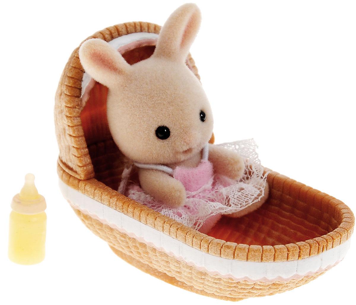 Sylvanian Families Фигурка Малыш крольчонок в люльке 33803380_крольчонок в люлькеФигурка Sylvanian Families Малыш крольчонок в люльке обязательно понравится всем любителям страны Сильвания. Этот чудесный крольчонок еще совсем маленький и нуждается в заботе. Малыша нужно уложить в люльку и укачать, чтобы он уснул. А после сна кролик снова готов к игре! Игры с фигуркой развивают у ребенка чувство ответственности и заботы, формируют представление о семейных ценностях. Такая фигурка станет отличным дополнением к вашей коллекции игрушек Sylvanian Families! Все элементы выполнены с невероятной тщательностью из безопасных материалов. Компания Sylvanian Families была основана в 1985 году, в Японии. Sylvanian Families очень популярна в Европе и Азии и, за долгие годы существования, компания смогла добиться больших успехов. 3 года подряд в Англии бренд Sylvanian Families был признан Игрушкой Года. Сегодня у героев Sylvanian Families есть собственное шоу, полнометражный мультфильм и сеть ресторанов, работающая по всей Японии. Sylvanian...