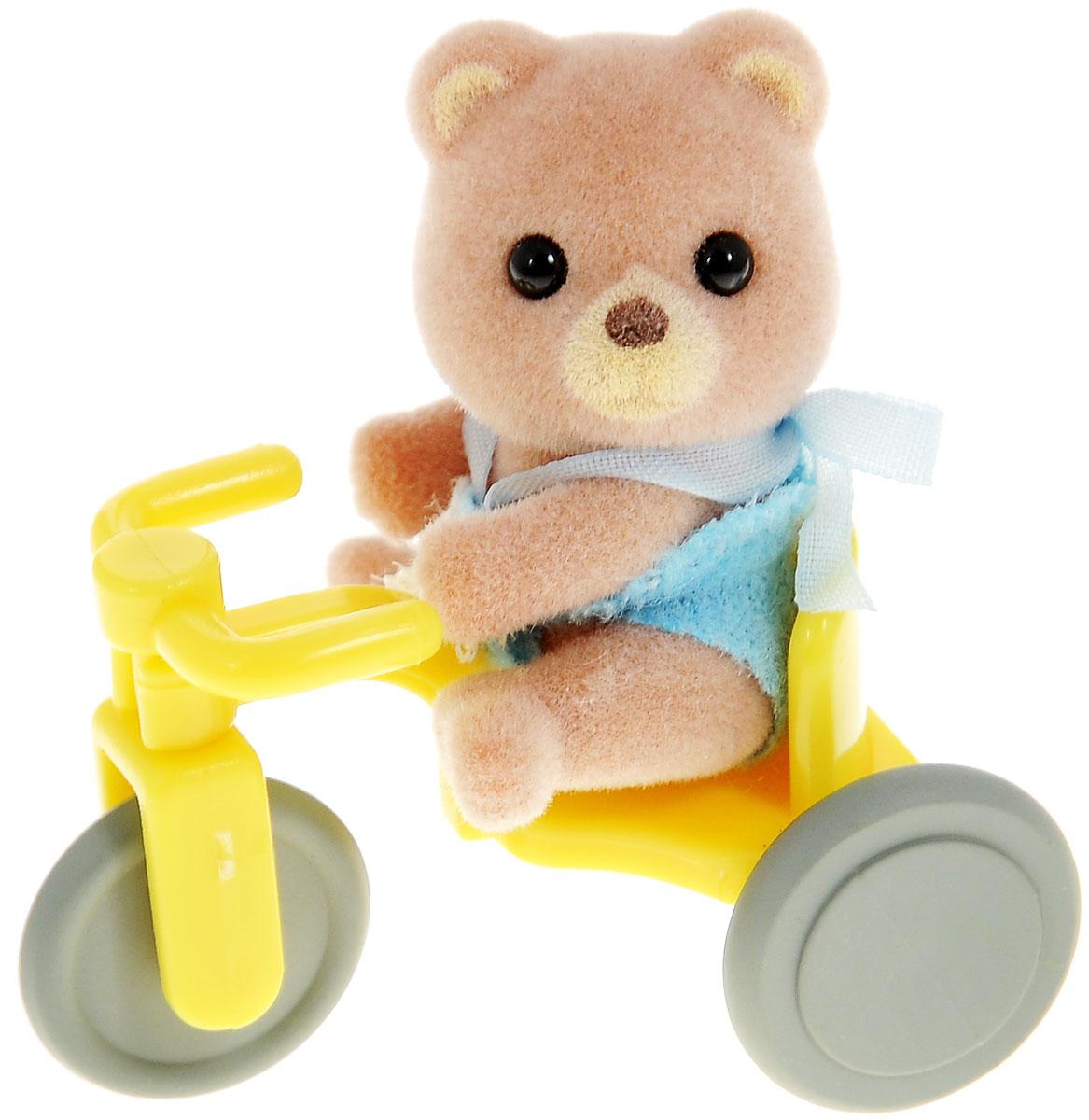 Sylvanian Families Фигурка Малыш медвежонок на велосипеде3340Игровой набор Sylvanian Families Малыш медвежонок на велосипеде привлечет внимание вашего ребенка и станет отличным подарком для поклонников жителей чудесной страны Sylvanian Families. Набор состоит из фигурки младенца, выполненного в виде очаровательного животного и аксессуара для него. Компания была основана в 1985 году, в Японии. Sylvanian Families очень популярен в Европе и Азии, и, за долгие годы существования, компания смогла добиться больших успехов. 3 года подряд в Англии бренд Sylvanian Families был признан Игрушкой Года. Сегодня у героев Sylvanian Families есть собственное шоу, полнометражный мультфильм и сеть ресторанов, работающая по всей Японии. Sylvanian Families - это целый мир маленьких жителей, объединенных общей легендой. Жители страны Sylvanian Families - это кролики, белки, медведи, лисы и многие другие. У каждого из них есть дом, в котором есть все необходимое для счастливой жизни. В городе, где живут герои, есть школа,...