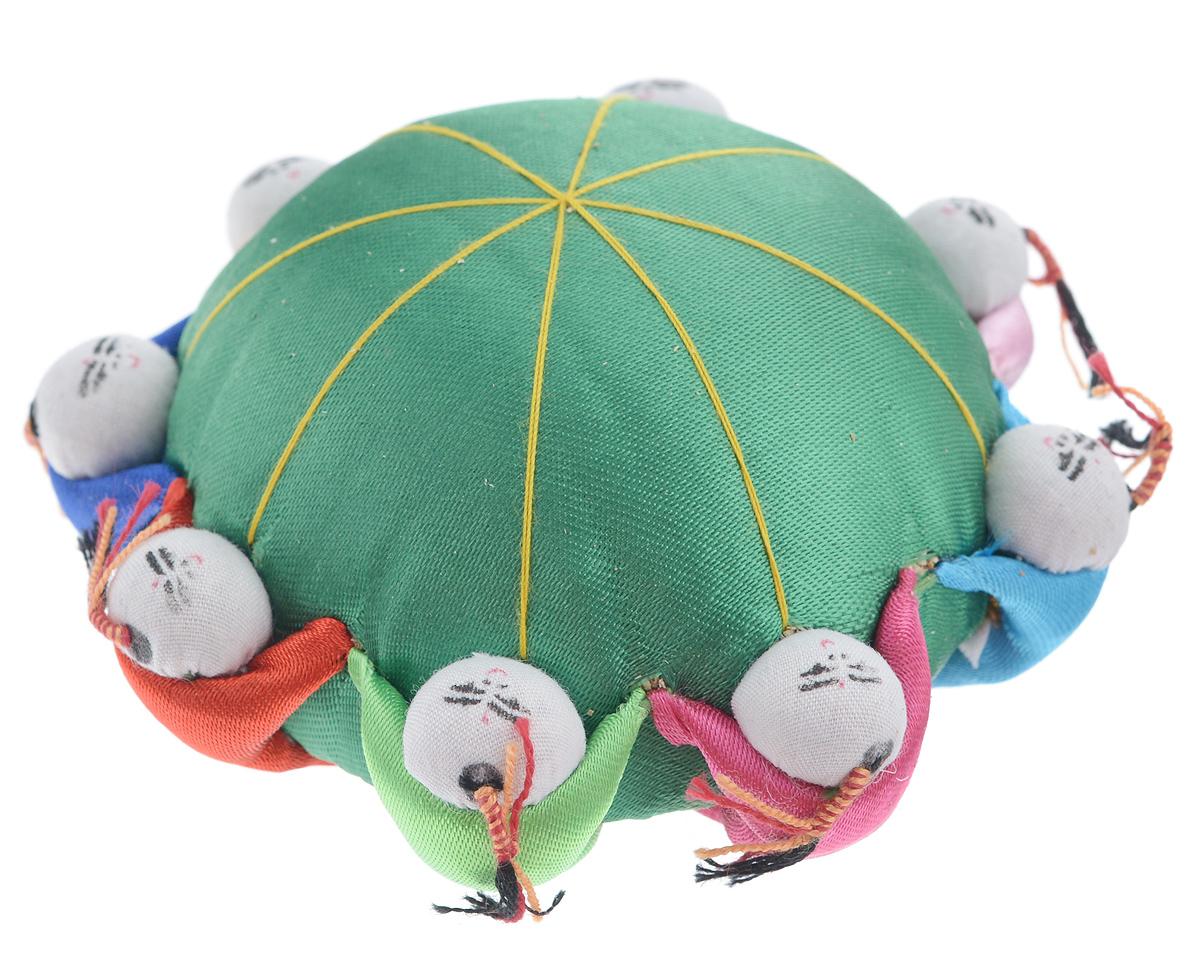Игольница декоративная Hobby&Pro, цвет: зеленый7700520_зеленыйДекоративная игольница Hobby&Pro, выполненная из атласного текстиля и пластика, станет незаменимым аксессуаром для любой рукодельницы. С такой игольницей ваши булавки и иголки не потеряются и всегда будут на своем месте! А яркий дизайн сделает эту вещицу украшением вашей коллекции предметов для шитья. Прекрасный оригинальный подарок к любому случаю, который обязательно вызовет улыбку у окружающих.