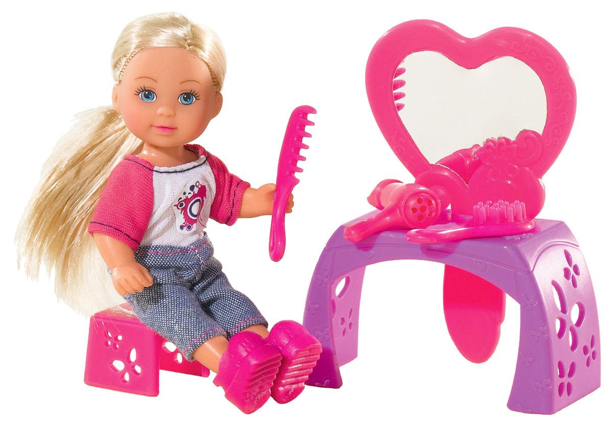 Simba Игровой набор с мини-кулой Evi Love Make-Up Table5736618Игровой набор Еви с зеркалом не оставит равнодушной ни одну девочку. Крошка Еви большая модница. Она любит сидеть перед зеркалом, сушить волосы феном и делать себе новые прически. Куколка с длинными светлыми волосами одета в комбинезончик, на ножках - розовые ботиночки. Одежда и обувь у куколки снимаются. Набор включает куклу, столик с зеркалом, фен, расчески и заколки. Благодаря маленьким размерам элементов набора ваша малышка сможет брать его с собой на прогулку или в гости. Порадуйте ее таким замечательным подарком!