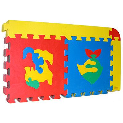 Флексика Коврик-пазл Ассорти, 10 элементов45430Коврик-пазл Флексика Ассорти обязательно понравится каждому ребенку. Он состоит из десяти квадратов, способных соединяться между собой как паззл. Квадраты в свою очередь тоже состоят из нескольких деталей. Из деталей коврика можно складывать и плоские, и объемные конструкции (кубы, башни и т.д.) Помимо игрового и обучающего эта игрушка имеет и практическое значение. Детали коврика выполнены из экологически чистого мягкого полимерного материала, обладающего теплоизоляционными свойствами. Это обеспечивает комфорт и удобство в использовании в виде напольного покрытия в детской и ванной комнате или даже на пляже. Мозаика настолько универсальна и практична, что с ней можно играть практически везде. Преимущество предлагаемой мозаики перед другими игрушками заключается в том, что она обучает ребенка, способствует развитию у него мелкой моторики, образного и логического мышления, наблюдательности.