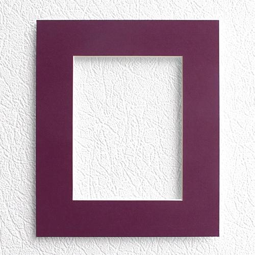 Паспарту Василиса, цвет: баклажан, 20 см х 24 см580859Паспарту Василиса, изготовленное из плотного картона, предназначено для оформления художественных работ и фотографий. Оно располагается между багетной рамой и изображением, делая акцент на фотографии, усиливая ее визуальное восприятие. Кроме того, на паспарту часто располагают поясняющие подписи, автограф изображенного. Внешний размер: 20 см х 24 см. Внутренний размер: 12 см х 16 см.