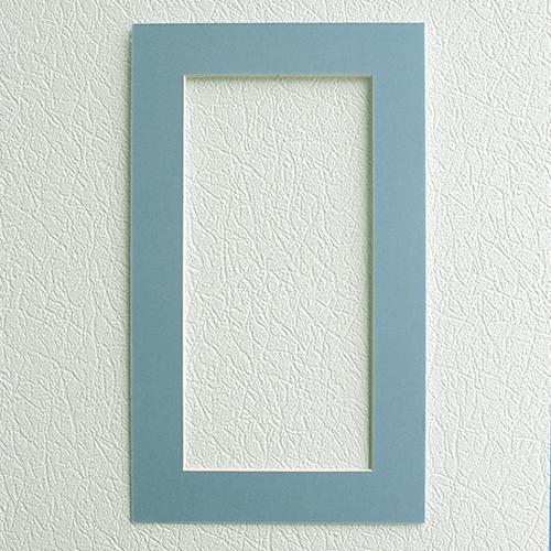 Паспарту Василиса, цвет: голубой, 22 х 38 см581081Паспарту Василиса, изготовленное из плотного картона, предназначено для оформления художественных работ и фотографий. Оно располагается между багетной рамой и изображением, делая акцент на фотографии, усиливая ее визуальное восприятие. Кроме того, на паспарту часто располагают поясняющие подписи, автограф изображенного. Внешний размер: 22 см х 38 см. Внутренний размер: 14 см х 30 см.