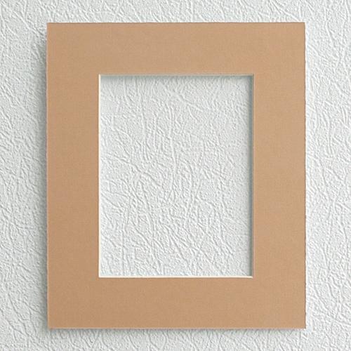 Паспарту Василиса, цвет: персиковый, 20 см х 24 см581224Паспарту Василиса, изготовленное из плотного картона, предназначено для оформления художественных работ и фотографий. Оно располагается между багетной рамой и изображением, делая акцент на фотографии, усиливая ее визуальное восприятие. Кроме того, на паспарту часто располагают поясняющие подписи, автограф изображенного. Внешний размер: 20 см х 24 см. Внутренний размер: 12 см х 16 см.
