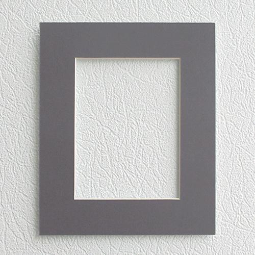 Паспарту Василиса, цвет: серый, 20 см х 24 см581226Паспарту Василиса, изготовленное из плотного картона, предназначено для оформления художественных работ и фотографий. Оно располагается между багетной рамой и изображением, делая акцент на фотографии, усиливая ее визуальное восприятие. Кроме того, на паспарту часто располагают поясняющие подписи, автограф изображенного. Внешний размер: 20 см х 24 см. Внутренний размер: 12 см х 16 см.