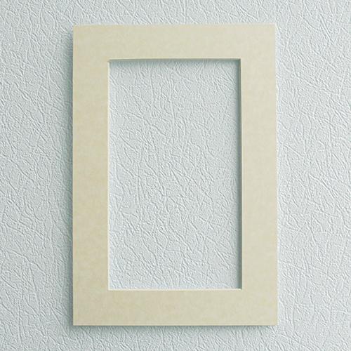 Паспарту Василиса, цвет: сливочный, 23 см х 34 см581229Паспарту Василиса, изготовленное из плотного картона, предназначено для оформления художественных работ и фотографий. Оно располагается между багетной рамой и изображением, делая акцент на фотографии, усиливая ее визуальное восприятие. Кроме того, на паспарту часто располагают поясняющие подписи, автограф изображенного. Внешний размер: 23 см х 34 см. Внутренний размер: 15 см х 26 см.