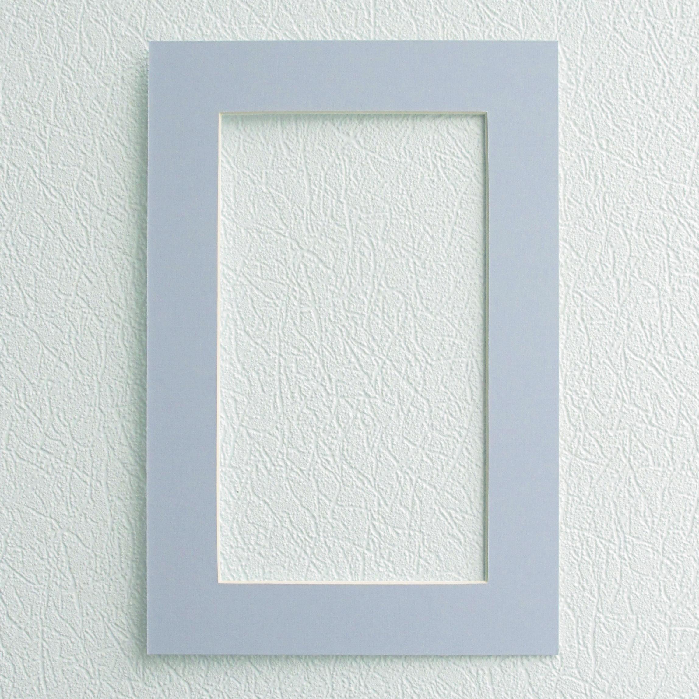 Паспарту Василиса, цвет: светло-голубой, 23 х 34 см581232Паспарту Василиса, изготовленное из плотного картона, предназначено для оформления художественных работ и фотографий. Оно располагается между багетной рамой и изображением, делая акцент на фотографии, усиливая ее визуальное восприятие. Кроме того, на паспарту часто располагают поясняющие подписи, автограф изображенного. Внешний размер: 23 см х 34 см. Внутренний размер: 15 см х 26 см.