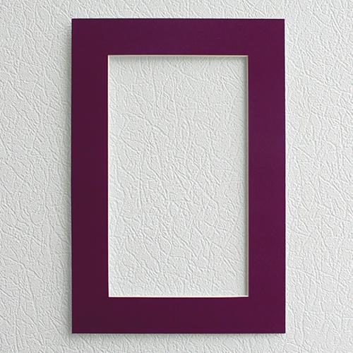 Паспарту Василиса, цвет: баклажан, 23 х 34 см581234Паспарту Василиса, изготовленное из плотного картона, предназначено для оформления художественных работ и фотографий. Оно располагается между багетной рамой и изображением, делая акцент на фотографии, усиливая ее визуальное восприятие. Кроме того, на паспарту часто располагают поясняющие подписи, автограф изображенного. Внешний размер: 23 см х 34 см. Внутренний размер: 15 см х 26 см.