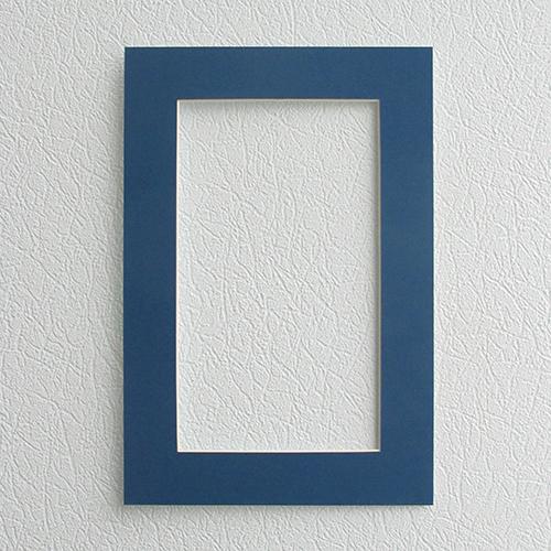 Паспарту Василиса, цвет: синий, 23 см х 34 см581235Паспарту Василиса, изготовленное из плотного картона, предназначено для оформления художественных работ и фотографий. Оно располагается между багетной рамой и изображением, делая акцент на фотографии, усиливая ее визуальное восприятие. Кроме того на паспарту часто располагают поясняющие подписи, автограф изображенного. Внешний размер: 23 см х 34 см. Внутренний размер: 15 см х 26 см.