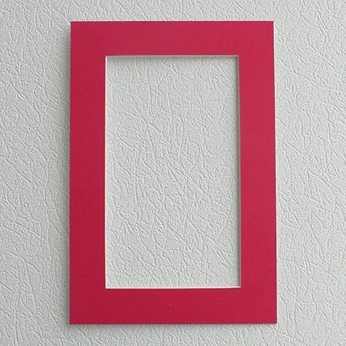 Паспарту Василиса, цвет: малиновый, 23 х 34 см581236Паспарту Василиса, изготовленное из плотного картона, предназначено для оформления художественных работ и фотографий. Оно располагается между багетной рамой и изображением, делая акцент на фотографии, усиливая ее визуальное восприятие. Кроме того, на паспарту часто располагают поясняющие подписи, автограф изображенного. Внешний размер: 23 см х 34 см. Внутренний размер: 15 см х 26 см.