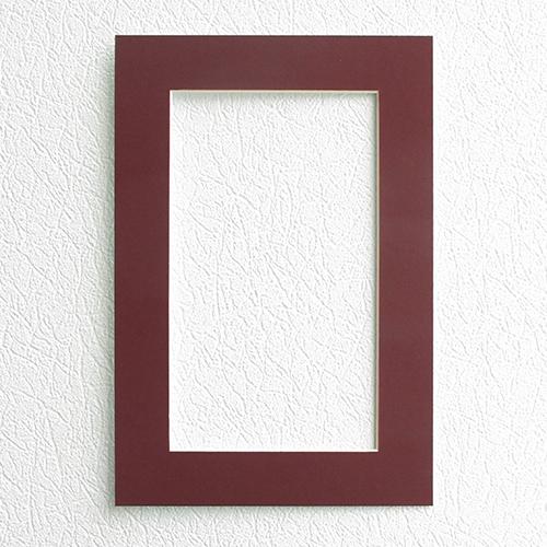 Паспарту Василиса, цвет: бордовый, 23 х 34 см581239Паспарту Василиса, изготовленное из плотного картона, предназначено для оформления художественных работ и фотографий. Оно располагается между багетной рамой и изображением, делая акцент на фотографии, усиливая ее визуальное восприятие. Кроме того, на паспарту часто располагают поясняющие подписи, автограф изображенного. Внешний размер: 23 см х 34 см. Внутренний размер: 15 см х 26 см.