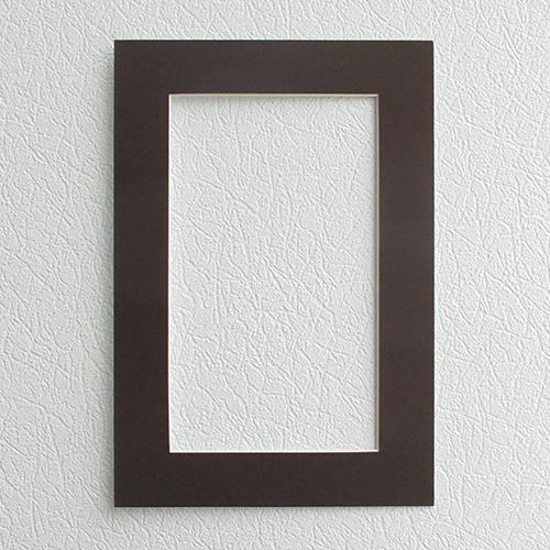 Паспарту Василиса, цвет: темно-коричневый, 23 см х 34 см581240Паспарту Василиса, изготовленное из плотного картона, предназначено для оформления художественных работ и фотографий. Оно располагается между багетной рамой и изображением, делая акцент на фотографии, усиливая ее визуальное восприятие. Кроме того, на паспарту часто располагают поясняющие подписи, автограф изображенного. Внешний размер: 23 см х 34 см. Внутренний размер: 15 см х 26 см.