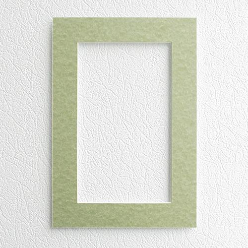 Паспарту Василиса, цвет: зелено-бежевый, 23 х 34 см581242Паспарту Василиса, изготовленное из плотного картона, предназначено для оформления художественных работ и фотографий. Оно располагается между багетной рамой и изображением, делая акцент на фотографии, усиливая ее визуальное восприятие. Кроме того, на паспарту часто располагают поясняющие подписи, автограф изображенного. Внешний размер: 23 см х 34 см. Внутренний размер: 15 см х 26 см.