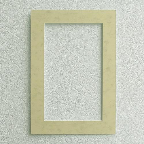 Паспарту Василиса, цвет: кремовый, 26 см х 38 см581505Паспарту Василиса, изготовленное из плотного картона, предназначено для оформления художественных работ и фотографий. Оно располагается между багетной рамой и изображением, делая акцент на фотографии, усиливая ее визуальное восприятие. Кроме того, на паспарту часто располагают поясняющие подписи, автограф изображенного. Внешний размер: 26 см х 38 см. Внутренний размер: 18 см х 30 см.