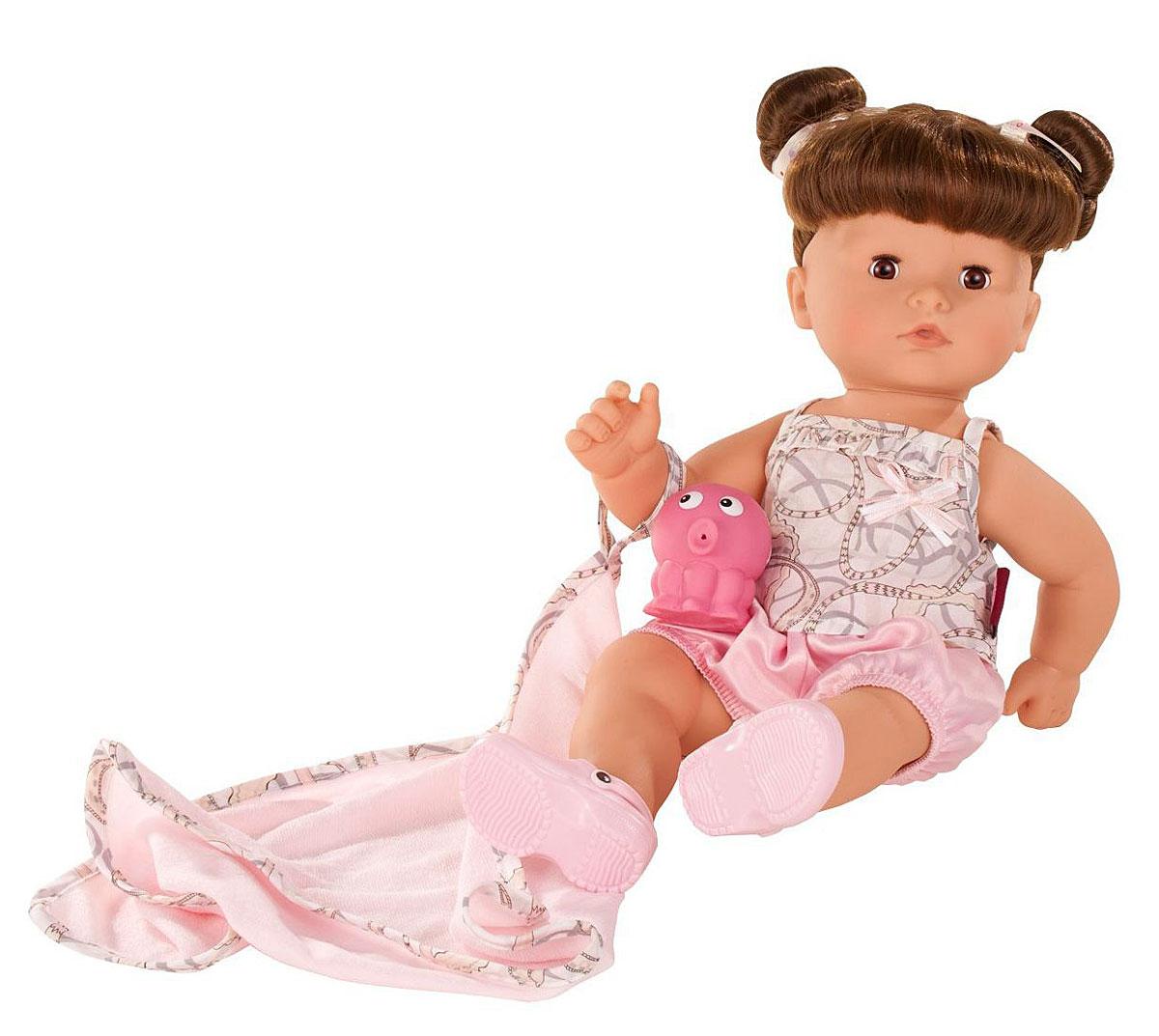 Gotz Кукла Аквини-макси шатенка с карими глазами в розовых шортах1418239Малышка Макси-аквини очень любит купаться в ванне, а вместе с ней в теплой водичке плескается миниатюрный крокодильчик. Ваша малышка может принимать ванну вместе со своей любимой куколкой, которая выдержит самое долгое пребывание в воде. Кукла Gotz с полностью виниловым телом и вшитыми волосами, которые можно мыть и расчесывать, подходит для разнообразных сюжетно-ролевых игр детей старше 3-х лет. Куколка с темными волосами, собранными в два забавных хвостика, носит яркий костюмчик и яркие розовые ботиночки. Ей весело купаться вместе с вашей малышкой, после мытья куколку можно вытереть белым мягким полотенцем. Реалистичные черты лица и закрывающиеся глазки с ресницами позволяют ребенку погрузиться в атмосферу игр по настоящему сценарию, повторять сюжеты из жизни и заботиться о маленькой девочке.