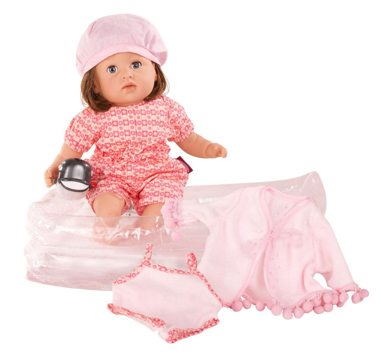 Gotz Пупс Аквини шатенка с голубыми глазами - Gotz - Gotz1416758Маленький пупс Аквини, которого можно купать, станет прекрасным подарком для каждой девочки, которая мечтает о младшем братике или сестренке. Аквини способен подарить ребенку много увлекательных часов игры и заботы. Пупса Gotz можно купать и кормить. Игрушка выполнена из винила, выдерживает длительное пребывание в воде, что позволяет ребенку брать ее с собой в ванну или купаться вместе в бассейне. После купания пупса можно укутать в мягкий розовый халатик. Кукла одета в легкий наряд розового цвета, на голове у нее - милый беретик. У куклы реалистичный внешний вид: на руках складочки, детально передано строение ног и рук ребенка, повторяются позы малыша. В процессе игры у ребенка формируется логическое мышление, развивается речь. Девочка осваивает нормы и правила поведения, знакомится с особенностями строение тела и функциями организма. Малыш имеет очаровательные черты лица: маленький рот и носик, широко раскрытые глазки, которыми он может моргать. Пупс не имеет...