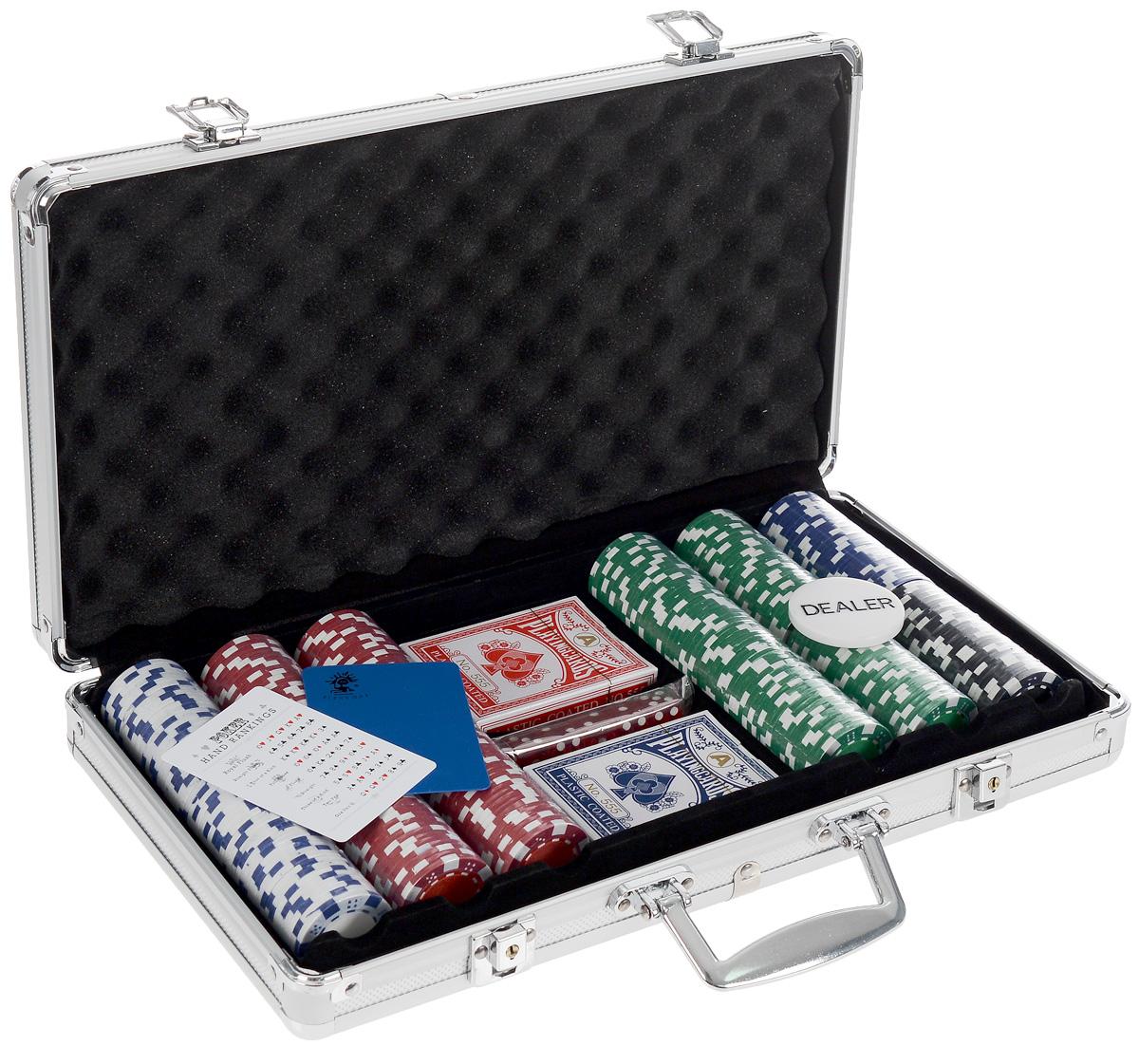 Набор для покера Nightman Dice 300, размер: 70х237х405 мм. УТ-00000453УТ-00000453Набор для игры в покер - то, что нужно для отличного проведения досуга. В комплект входит: 300 фишек без номинала, кнопка дилера, 2 колоды карт с пластиковым покрытием, подрезная карта, 5 кубиков. Предметы набора хранятся в металлическом кейсе, который закрывается на ключик. Для удобства переноски на кейсе имеется ручка. Такой набор станет отличным подарком для любителей покера. Покер (англ. poker) - карточная игра, цель которой - выиграть ставки, собрав как можно более высокую покерную комбинацию, используя 5 карт, или вынудив всех соперников прекратить участвовать в игре. Игра идет с полностью или частично закрытыми картами. Покер как карточная игра существует более 500 лет. Зародился он в Европе: в Испании, Франции, Италии. С течением времени правила покера менялись. Первые письменные упоминания о современном варианте покера появляются в 1829 году в мемуарах артиста Джо Кауэла. Размер колоды: 6,5 см x 9 см х 2 см. Диаметр игровой...