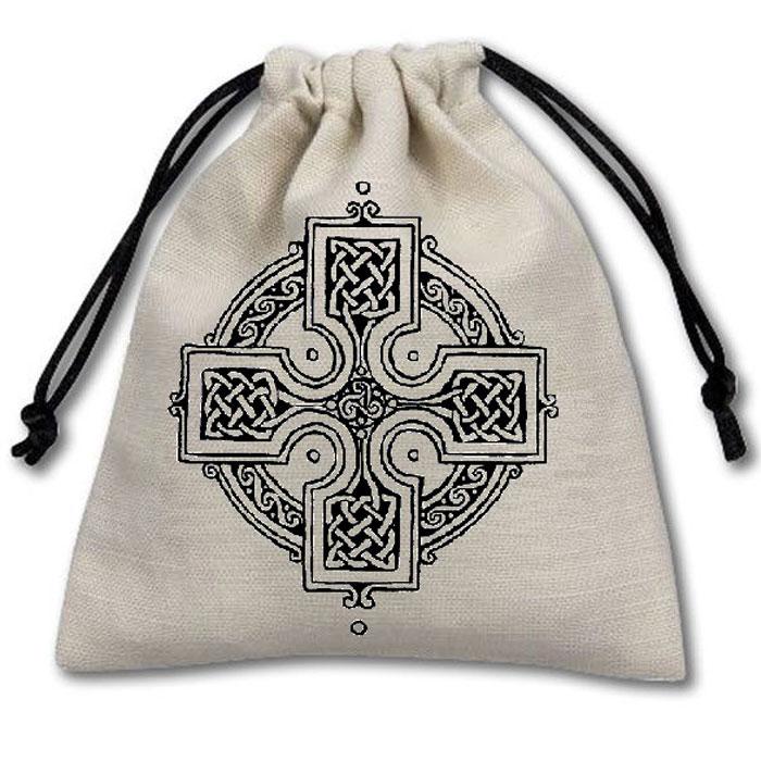 Мешочек Кельтский Крест для мелочей, белый, 10,5 на 11,5 см04PB022Мешочек Кельтский Крест для кубиков, белый. Мешочек для кубиков Кельтский Крест прекрасно подойдет по стилистике к Вашим кубикам и не позволит им потеряться. Однако в нем можно хранить не только кубики! Мешочек прекрасно подходит для хранения: • карт; • игральных костей; • фишек; • игровой комплектации. Размер: 10,5 х 11,5 см Материал: вестел/лен Стирать при температуре не выше 40 градусов С.
