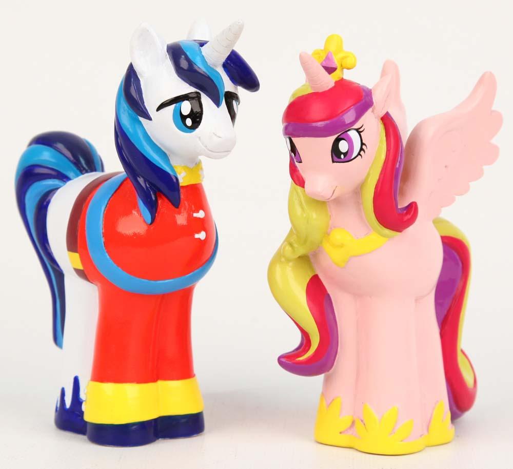 My Little Pony Пластизоль Пони Принц и Принцесса Cadance розовыйGT8100Фигурки пони Принц и Принцесса Cadance из новых серий мультфильма, которые можно взять с собой куда угодно! У каждой пони свой собственный фигурный хвост и грива. Пластизоль - это материал типа резины, из которой делают игрушки. Игрушки, изготовленные из высококачественных полимерных материалов, очень нравятся малышам. С ними любая игра станет намного веселее. Их примерная высота 9 см. В наборе 2 пони.