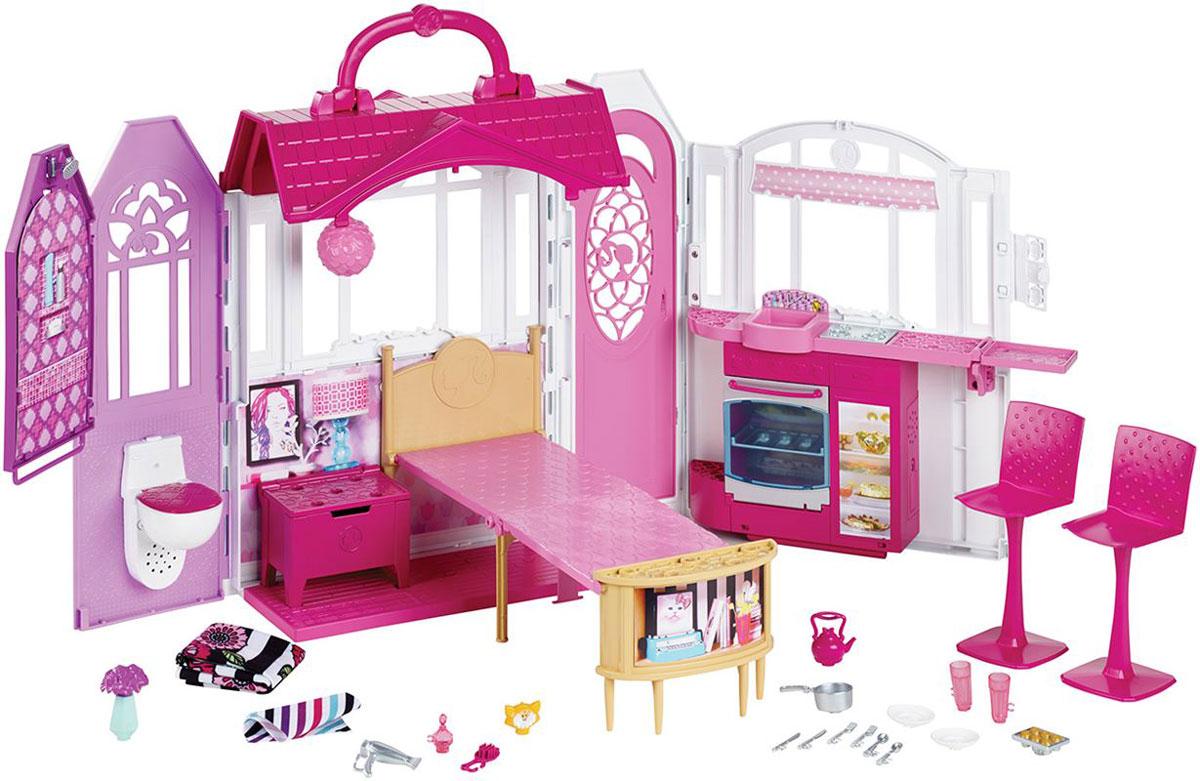 Barbie Дом для кукол Переносной домикCLD97Игровой набор Barbie Переносной домик - это идеальное место, где кукла Барби (продается отдельно) может отдохнуть, восстановить силы и проявить талант декоратора - потому что с Барби нет ничего невозможного! Кроме того, задвижка и удобная ручка позволяют девочкам брать этот прелестный игровой дом с собой даже на отдых! В доме есть большое пространство для увлекательных игр. Уютная кухня, очаровательная спальня и восхитительная ванная оформлены в современном стиле и в любимых цветах Барби! Заходи через открывающуюся парадную дверь, позвонив в дверной звонок, который издает настоящие звуки! Кукла Барби может приготовить еду на плите и поужинать у стойки на одном из двух высоких стульев - здесь также есть место для сестры или подруги! Активируй звук чайника на плите или открывай духовку, чтобы испечь сладкие булочки - лампочка в духовке загорается по-настоящему! Аксессуары - например, чайник, кастрюля и тарелки, - делают игру еще более увлекательной и интересной! Для...