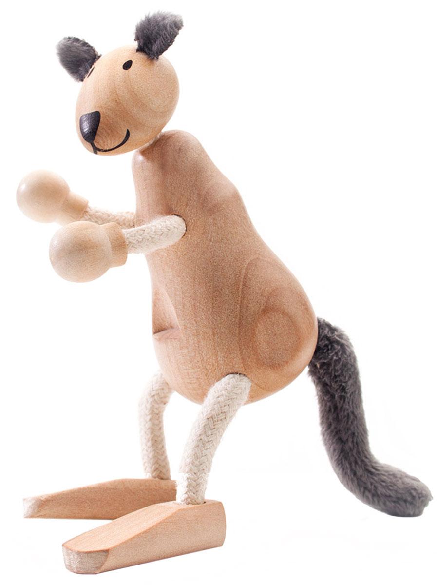 AnaMalz Фигурка деревянная КенгуруKA2010У деревянного кенгуру Anamalz забавное деревянное тело и пушистый хвост. Передние лапы напоминают боксерские перчатки. Хвост и лапы свободно гнутся, голова поворачивается. Игрушка изготовлена из экологичных материалов: дерева и натуральных тканей. Фигурка раскрашена вручную безопасными для детей красками. Anamalz - это качественные экологичные игрушки родом из Австралии. В 2007 году дизайнер Луиза Козон-Скотт вместе с мужем решили встряхнуть индустрию деревянных игрушек и сделать их более уютными и пластичными. Эти качества отличают фигурки Anamalz и сегодня. Благодаря гнущимся деталям звери могут оживать, принимая разные позы. Деревянные игрушки дополнены тканевыми элементами, причем ткани используются только натуральные: хлопок, шерсть, шелк. Фигурки производятся из вечнозеленого дерева шима (или игольчатое дерево), выращивается оно на лесных плантациях в Китае.