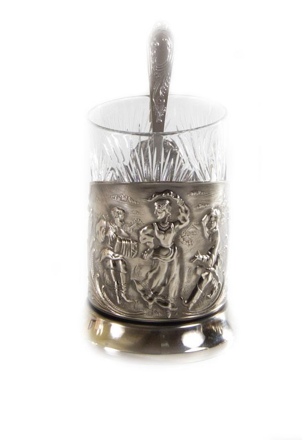 Набор чайный Русские пляски, 3 предмета050101003Чайный набор Русские пляски выполнен в традиционном классическом стиле. Подстаканник, изготовленный из никелированной латуни, оформлен изысканным рельефом изображением. Стакан изготовлен из хрусталя и украшен красивыми узорами. В комплекте предусмотрена ложечка. Чаепитие в России - особый и любимый всеми ритуал, а главная его составляющая - общение. Чай согревает холодными зимними вечерами, прохлаждает во время неспешных летних чаепитий на веранде, собирает за одним столом гостей или членов семьи. За чашкой чая завязывается непринужденный разговор по душам. Такой набор станет красивым и оригинальным подарком к любому случаю. Объем стакана: 300 мл. Высота стакана (с учетом подстаканника): 13,5 см. Диаметр стакана (по верхнему краю): 7 см. Длина ложки: 14,5 см. Размер рабочей поверхности ложки: 5 х 3 см.