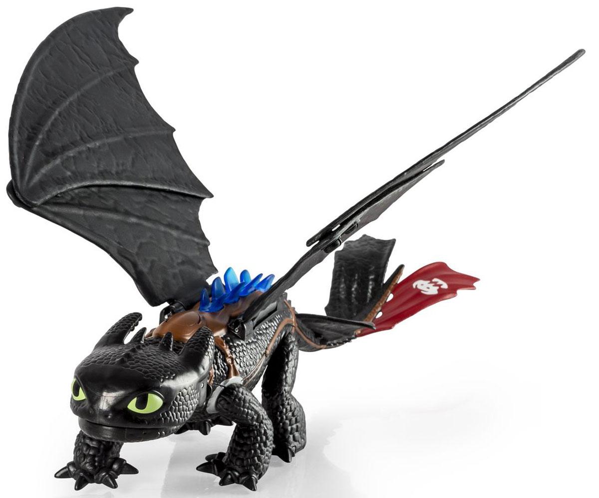 Dragons Фигурка Большой Беззубик66602Фигурка Dragons Беззубик со световыми и звуковыми эффектами приведет в восторг вашего ребенка. Фигурка выполнена из прочного пластика в виде Беззубика, дракона Иккинга из популярного мультфильма Как приручить дракона. Беззубик, или Ночная Фурия, имеет черный окрас и отличается длинным хвостом, огромными крыльями и зелеными глазами. Игрушка снабжена многими интересными и необычными функциями, благодаря которым игры с ней становятся особенно увлекательными. Пасть и спина этого дракона излучает синеватое свечение, зверь имеет подвижные челюсти, крылья и лапы. Если потянуть игрушку за хвост, то из пасти Беззубика выстрелит диск, а если поднести руку к его голове, то вы услышите грозный рык. С драконом можно организовать настоящее сражение, ведь эти умелые бойцы снабжены всем необходимым для настоящей схватки с противником! С такой фигуркой ваш ребенок с удовольствием окунется в гущи событий мультфильма, будет проигрывать любимые сцены или придумывать свои...