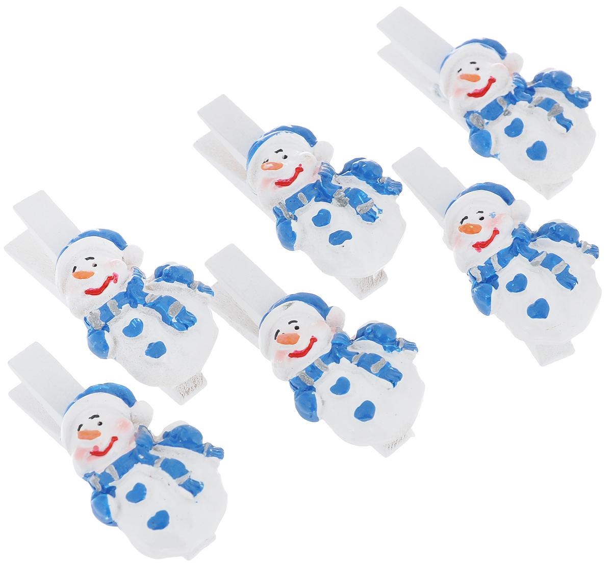 Набор декоративных прищепок Lunten Ranta Радостный снеговик, 6 шт63569Набор Lunten Ranta Радостный снеговик состоит из 6 декоративных прищепок, выполненных из дерева. Прищепки оформлены фигурками из полирезины в виде снеговиков. Изделия используются для развешивания стикеров на веревке, маленьких игрушек, а оригинальность и веселые цвета прищепок будут радовать глаз и поднимут настроение. Такой набор станет прекрасным дополнением к оформлению вашего интерьера. Длина прищепки: 4,5 см. Размер фигурки: 2,5 см х 3,5 см х 0,7 см.