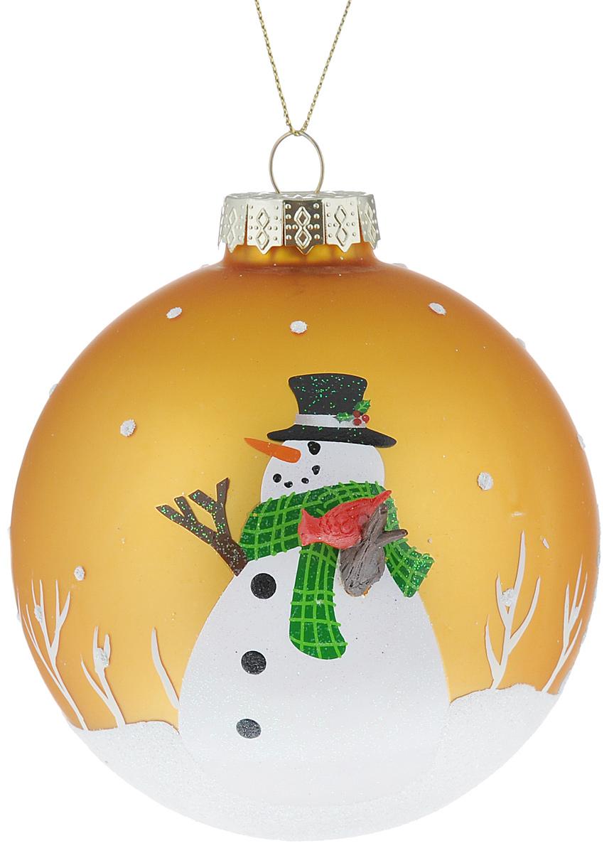 Новогоднее подвесное украшение Its a Happy Day Снеговик, цвет: золотистый, белый, диаметр 10 см66487Подвесное украшение Its a Happy Day Снеговик, выполненное из стекла, прекрасно подойдет для праздничного декора вашей ели. Оригинальное новогоднее украшение в виде шара оформлено объемным изображением снеговика и блестками. С помощью специальной текстильной петельки его можно повесить в любом понравившемся вам месте. Но, конечно, удачнее всего такая игрушка будет смотреться на праздничной елке. Елочная игрушка - символ Нового года и Рождества. Она несет в себе волшебство и красоту праздника. Создайте в своем доме атмосферу веселья и радости, украшая новогоднюю елку нарядными игрушками, которые будут из года в год накапливать теплоту воспоминаний.