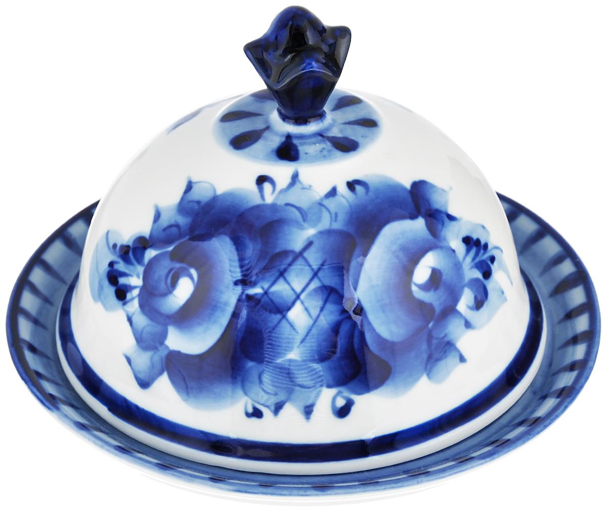 Масленка Гжельские узоры, цвет: белый, синий993016052Масленка Гжельские узоры выполнена из высококачественной керамики в виде подноса с крышкой и оформлена легкой гжельской росписью, которая сочетает простые линии и орнаменты с красивыми цветочными узорами. Изделие предназначено для красивой сервировки и хранения масла. Обращаем ваше внимание, что роспись на изделие сделана вручную. Рисунок может немного отличаться от изображения на фотографии. Размер подноса: 13,5 см х 13,5 см х 1,5 см. Высота масленки (с учетом крышки): 8,5 см.
