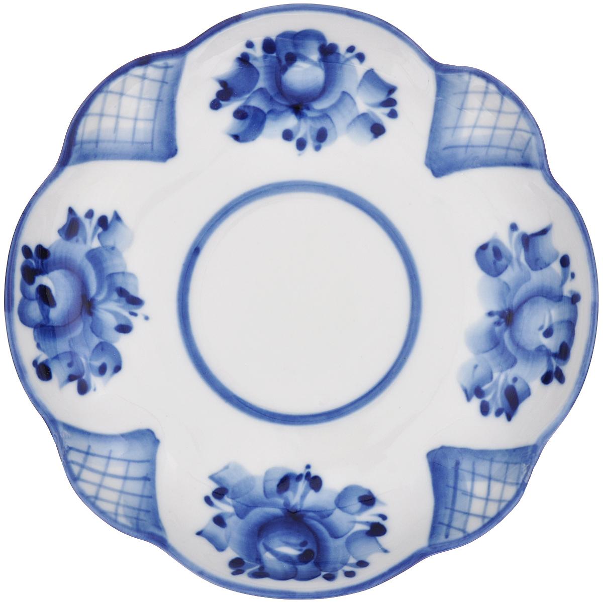 Блюдце Тюльпан, цвет: белый, синий, диаметр 16 см993017842Блюдце Тюльпан, изготовленное из высококачественной керамики, предназначено для красивой сервировки стола. Блюдце оформлено оригинальной гжельской росписью. Прекрасный дизайн изделия идеально подойдет для сервировки стола. Обращаем ваше внимание, что роспись на изделиях выполнена вручную. Рисунок может немного отличаться от изображения на фотографии. Диаметр: 16 см. Высота блюдца: 2,5 см.