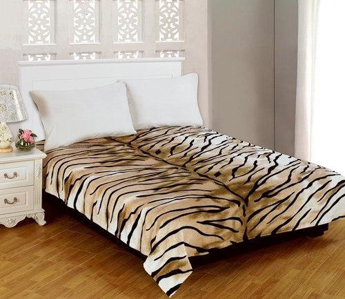 Плед Amore Mio Tiger, цвет: молочный, кочневый, черный, 180 см х 230 см63242Мягкий, теплый и уютный плед Amore Mio Tiger изготовлен из фланели (100% полиэстер). Благодаря своей структуре плед отлично удерживает тепло, не накапливает статическое электричество. Фланель - мягкий материал, гипоаллергенен и экологичен. Благодаря уникальной технологии окрашивания, плед прекрасно отстирывается, не линяет и не скатывается. Изделие легко стирается, быстро сохнет и практически не мнется.