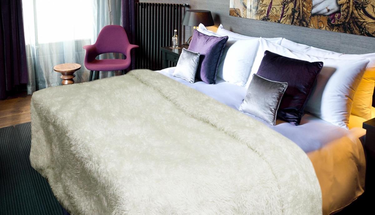 Плед Safari Sheep, цвет: молочный, 160 см х 210 см54616Меховой плед Safari Sheep - это идеальное решение для вашего интерьера! Он порадует вас легкостью, нежностью и оригинальным дизайном! Плед с длинным ворсом выполнен из акрила с подкладочной тканью из 100% полиэстера. Акрил не вызывает аллергию, антистатичен, гигроскопичен. Плед - это такой подарок, который будет всегда актуален, особенно для ваших родных и близких, ведь вы дарите им частичку своего тепла!