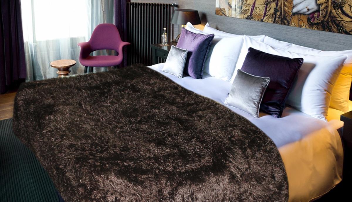 Плед Safari Sheep, цвет: темно-коричневый, 160 х 210 см57691Меховой плед Safari Sheep - это идеальное решение для вашего интерьера! Он порадует вас легкостью, нежностью и оригинальным дизайном! Плед с длинным ворсом выполнен из 100% полиэстера. Полиэстер считается одной из самых популярных тканей. Это материал синтетического происхождения из полиэфирных волокон. Внешне такая ткань схожа с шерстью, а по свойствам близка к хлопку. Изделия из полиэстера не мнутся и легко стираются. После стирки очень быстро высыхают. Плед - это такой подарок, который будет всегда актуален, особенно для ваших родных и близких, ведь вы дарите им частичку своего тепла! Продукция торговой марки Safari сделана с особой заботой, специально для вас и уюта в вашем доме!