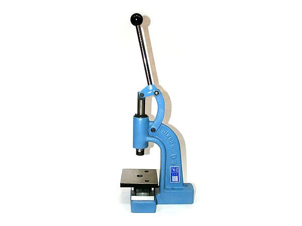 Пресс для рукоделия Mikron D-3, универсальный686383Универсальный пресс для рукоделия Mikron D-3 изготовлен из металла. Применяется для установки блочек, люверсов, хольнитенов, кнопок, джинсовых пуговиц, обтяжки пуговиц. Нажатие на насадку происходит при опускании вниз ручки пресса. Насадки для установки люверсов, блочек и хольнитенов состоят из 2-х частей, а насадки для установки кнопок и джинсовых пуговиц - из 4-х частей.