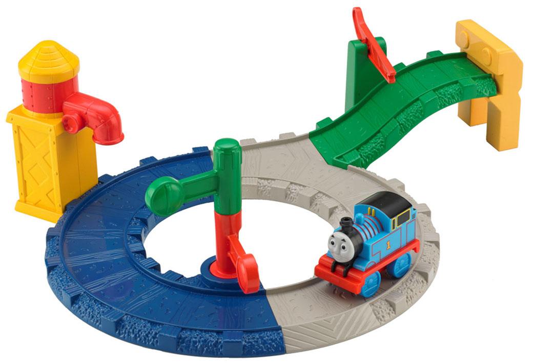 Thomas&Friends Игровой набор Первая доставка грузов ТомасаBCX80Игровой набор Thomas&Friends Первая доставка грузов Томаса привлечет внимание вашего ребенка и не позволит ему скучать. Поместите паровозик на дорогу и поднимите шлагбаум, пропуская его. Томас скатится вниз по спуску прямо на кольцевой трек, затем проедет мимо водонапорной башни. Меняйте зеленый и красный знаки светофора, указывая Томасу, когда нужно остановиться, а когда можно двигаться дальше. В комплект входят элементы для сборки трека, водонапорная башня, паровозик, светофор. Ваш ребенок часами будет играть с набором, придумывая разные истории!