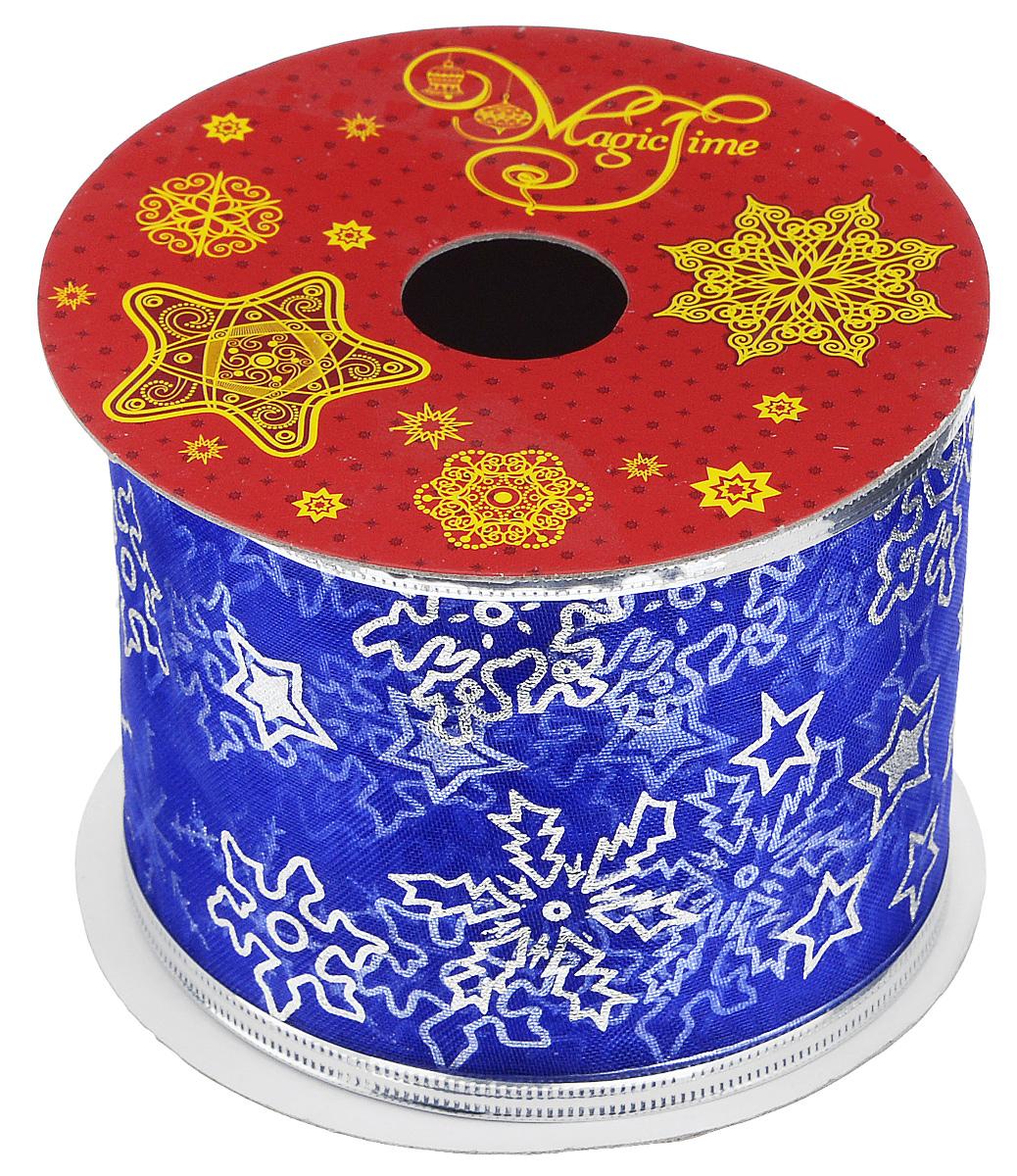 Декоративная лента Феникс-презент Magic Time, цвет: синий, серебристый, длина 2,7 м. 3889238892Декоративная лента Феникс-презент Magic Time выполнена из полиэстера и декорирована изображением снежинок и звезд. В края ленты вставлена проволока, благодаря чему ее легко фиксировать. Лента предназначена для оформления подарочных коробок, пакетов. Кроме того, декоративная лента с успехом применяется для художественного оформления витрин, праздничного оформления помещений, изготовления искусственных цветов. Декоративная лента украсит интерьер вашего дома к праздникам. Ширина ленты: 6,3 см.