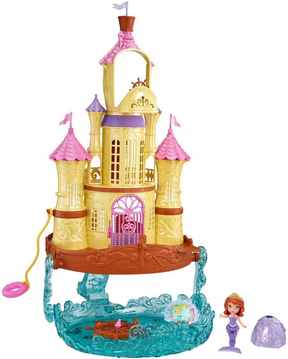 Sofia the First Игровой набор с мини-куклой Дворец на мореBDK61Девочки могут присоединиться к Принцессе Софии на ее семейном отпуске в их дворце-корабле! Принцесса София может ужинать со своей семьей в замке или наслаждаться океанским бризом на открытой веранде. Затем она может подняться вверх по лестнице на самый верхний этаж-палубу и управлять кораблем за капитанским штурвалом. И это только начало! София также может присоединиться к приключениям Русалки - точно как в сериях мультфильма! Снимите ее наряд принцессы, чтобы освободить ее русалочий хвост, и она соскользнет по полупрозрачной голубой горке в русалочью бухту с вращающимся колесом и троном-ракушкой, который переворачивается и освобождает ее подругу, Оону. Любимый друг Софии, кролик Кловер, может присоединиться к отпуску со своим личным спасательным кругом, плавающим рядом в море. В набор входят элементы для сборки дворца, фигурка и аксессуары для игры. Порадуйте вашу малышку таким замечательным подарком! Фигурки семьи Софии и кролика Кловера не входят в набор.