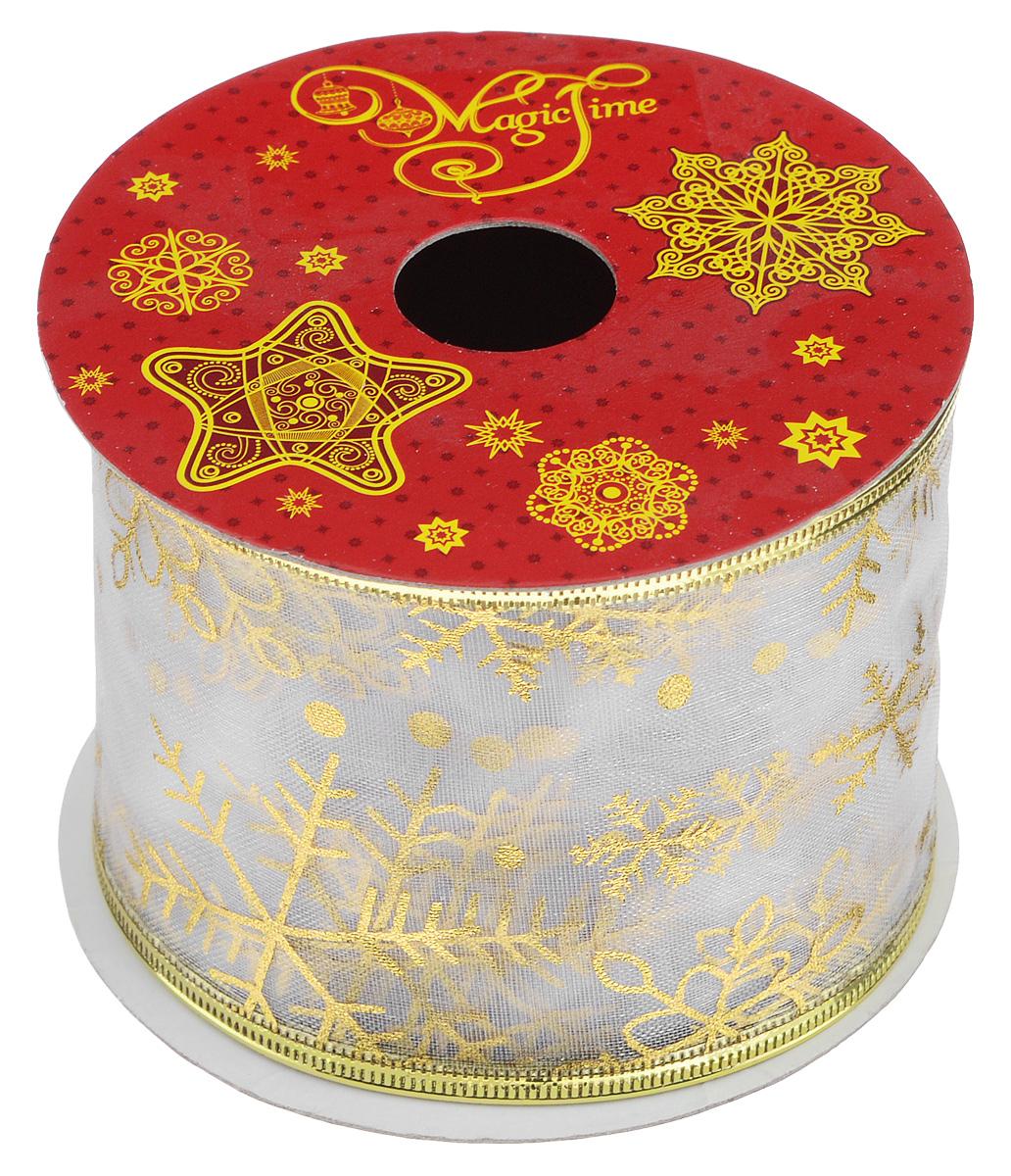 Декоративная лента Феникс-презент Magic Time, цвет: белый, золотистый, длина 2,7 м. 3888638886Декоративная лента Феникс-презент Magic Time выполнена из полиэстера и декорирована изображением снежинок. В края ленты вставлена проволока, благодаря чему ее легко фиксировать. Лента предназначена для оформления подарочных коробок, пакетов. Кроме того, декоративная лента с успехом применяется для художественного оформления витрин, праздничного оформления помещений, изготовления искусственных цветов. Декоративная лента украсит интерьер вашего дома к праздникам. Ширина ленты: 6,3 см.