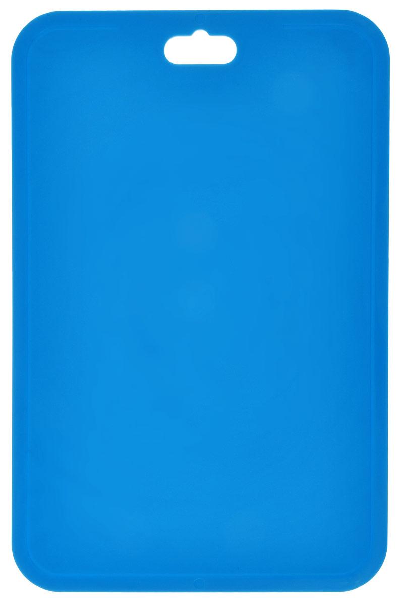 Доска разделочная Berossi Flexi, гибкая, цвет: синий, 33 см х 21,5 смИК08529000Разделочная доска Berossi Flexi изготовлена из высокопрочного пищевого ПВХ, устойчивого к порезам. Материал экологичен, не впитывает запахи и легко моется. Доска предназначена для нарезания всех видов продуктов, а также можно использовать как подставку под горячее. Легкая, тонкая, гибкая доска при хранении занимает очень мало места. Ее можно повесить в любое удобное место, положить в шкафчик или в корзину для поездки на пикник. Яркий цвет и современный дизайн разделочной доски Berossi Flexi делают ее украшением для любой кухни. Размер: 33 см х 21,5 см х 0,25 см.