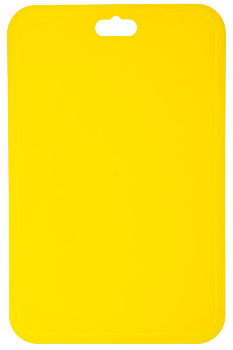 Доска разделочная Berossi Flexi, гибкая, цвет: желтый, 33 см х 21,5 смИК08518000Разделочная доска Berossi Flexi изготовлена из высокопрочного пищевого ПВХ, устойчивого к порезам. Материал экологичен, не впитывает запахи и легко моется. Доска предназначена для нарезания всех видов продуктов, а также можно использовать как подставку под горячее. Легкая, тонкая, гибкая доска при хранении занимает очень мало места. Ее можно повесить в любое удобное место, положить в шкафчик или в корзину для поездки на пикник. Яркий цвет и современный дизайн разделочной доски Berossi Flexi делают ее украшением для любой кухни. Размер: 33 см х 21,5 см х 0,25 см.