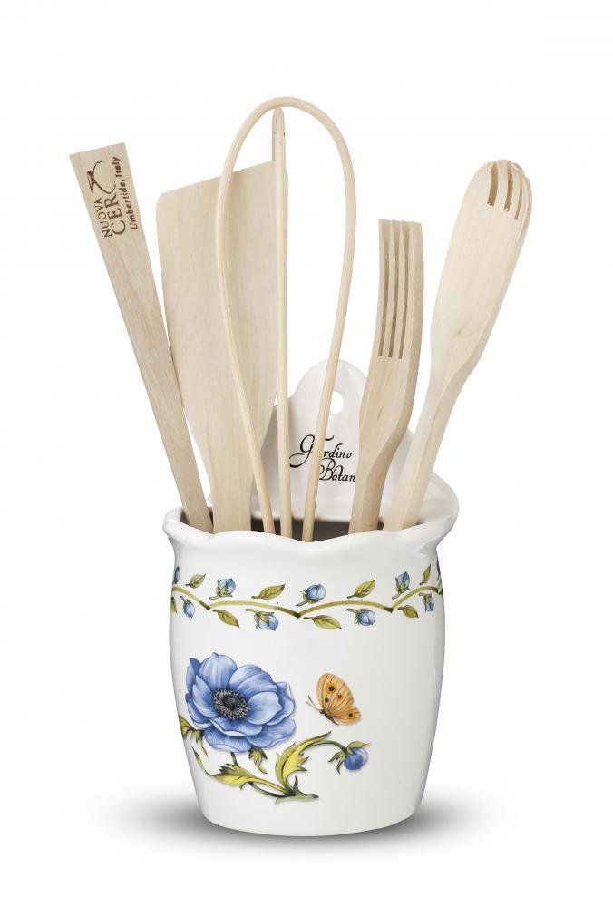 Емкость настенная с кухонными инструментами Ботанический сад, штGRB-7414Посуду фабрики Nuova cer S.N.C отличают тёплые оттенки и верность истинно итальянскому стилю. Для итальянского стиля характерна довольно толстая, нарочито простая керамическая посуда с красочной, яркой глазурью, с наивной росписью и орнаментами. Ее цвет можно подобрать в колористической гамме, в которой выдержан весь интерьер кухни. Но можно выбрать и контрастные цвета, чтобы сделать акцентом именно кухонный стол. Такую посуду можно использовать в микроволновой печи и мыть в посудомоечной машине.
