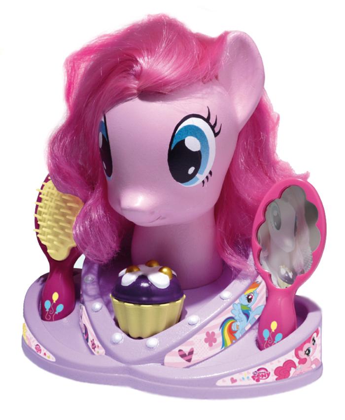 Klein Игровой набор My Little Pony5243Модель для причесок Мой Маленький Пони. - Голова пони с длинной розовой гривой и множество парикмахерских аксессуаров. Можно плести косички, делать хвостики, украшать локоны бусинами и создавать разные волшебные образы любимого сказочного персонажа. Увлекательная игра, улучшающая мелкую моторику, позволяющая юной барышне развивать фантазию, вкус, а так же учиться делать всевозможные прически, как Маленькому Пони, так и себе. В наборе: модель для причесок Маленький Пони (25 см), дисплей-подставка, расческа-щетка, безопасное зеркало, 8 заколок, 14 бусин для волос, два аксессуара для создания причесок, 2 съемные цветные косички, шкатулка для украшений в виде маффина.