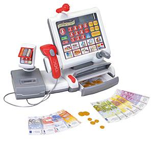 Klein Игровой набор Касса электронная Сенсорная панель9356Многофункциональный электронный кассовый центр с ЖК-дисплеем, встроенным калькулятором, панелью с сенсорными кнопками, светящимся сканером, терминалом для банковских карт с имитацией ввода ПИН-кода, электронными весами с подсветкой, открывающимся отсеком для денег, звуковыми эффектами для каждого действия. Касса снабжена 10 кнопками с изображением различных наборов продуктов, при нажатии на которые на ЖК дисплее отображается цена индивидуально для каждого набора. При взвешивании продуктов на электронных весах на ЖК-дисплее также отображается их цена. Также касса дополнена микрофоном, который выполняет декоративную функцию. Касса включается и выключается расположенными на панели сенсорными кнопками. Также на панели расположена кнопка звукового сигнала свободная касса. В набор входят монеты, купюры и пластиковая карточка.